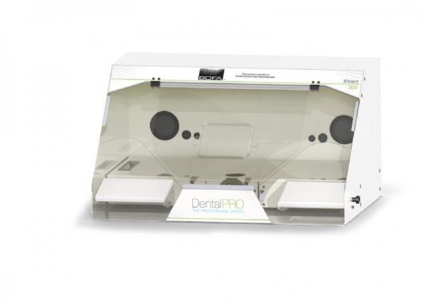DentalPRO Xtract 300 Dulkių ir dūmų ištraukimo niša/spinta, skirta veiksmingai pašalinti susidariusias potencialiai kenksmingas dulkes ir dūmus dantų implantų apdailos metu ir atliekant monomerų maišymo darbus, su apatinio nutraukimo platforma