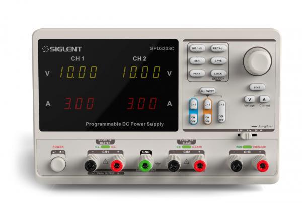 Trijų nepriklausomų kanalų, 220W programuojamas linijinis DC maitinimo šaltinis  30V/3A X2, perjungiamas kanalas 2.5V/3.3V/5V/3A X1;4-ių skaitmenų įtampos atvaizdavimas, 3-jų skaitmenų srovės atvaizdavimas; raiška 10mV, 10mA; LED ekranas